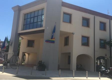 Il Comune espone la bandiera arcobaleno